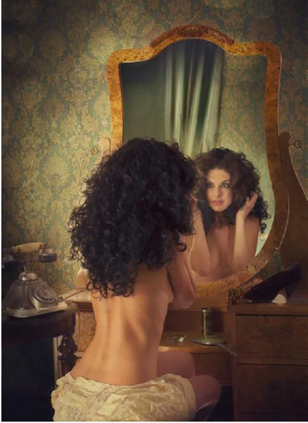 """""""От огледалото към трийсетгодишната Маргарита гледаше чернокоса двайсетгодишна жена с естествено къдрава коса."""""""
