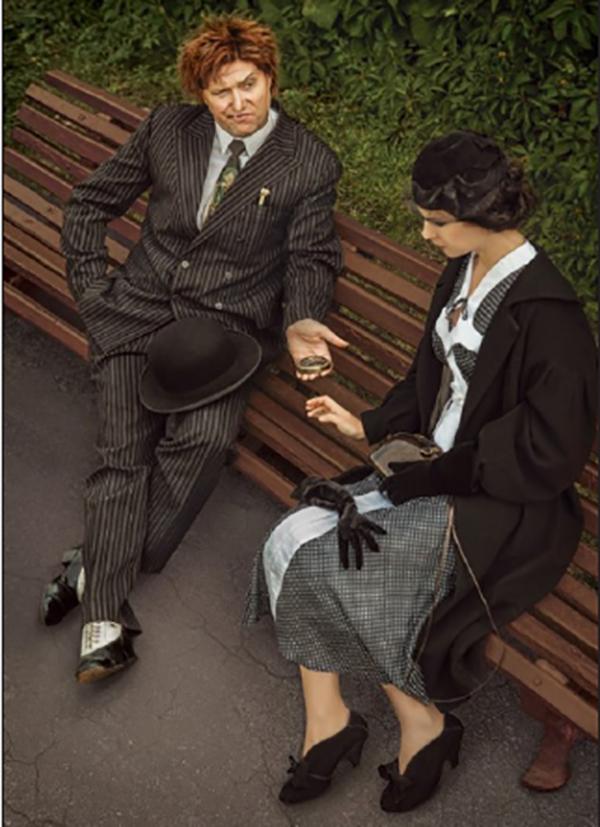 """""""— Тогава бъдете тъй добра да вземете това — каза Азазело, извади от джоба си кръгла златна кутийка и я подаде на Маргарита с думите: — Ама скрийте я де, че минувачите гледат. Тя ще ви потрябва, Маргарита Николаевна. """""""