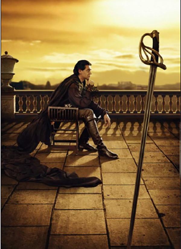 """""""Воланд седеше на сгъваемо столче, облечен с черното си расо."""""""