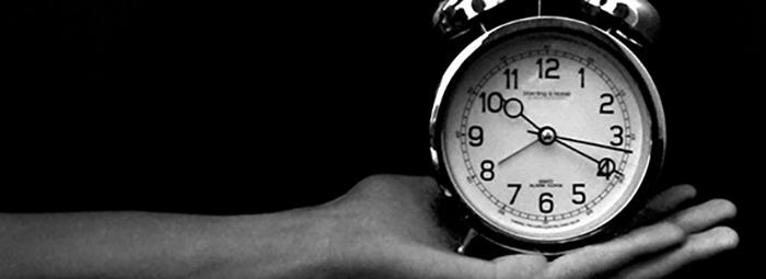 Часовникът е спрял и чувам само тежкото му дишане